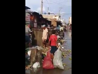 Indigenas comiendo basura en la Guajira