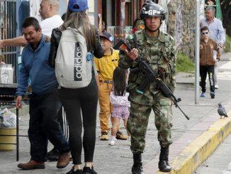 soldados colombianos vigilan Copiar