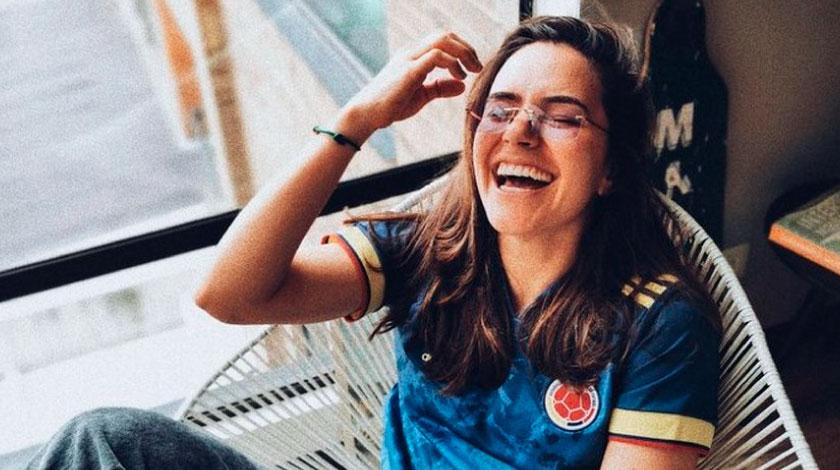 Apneista Sofia Gomez posa con la nueva camiseta de la seleccion Colombia