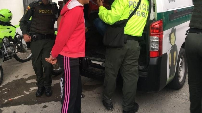 mujer capturado esposada 2