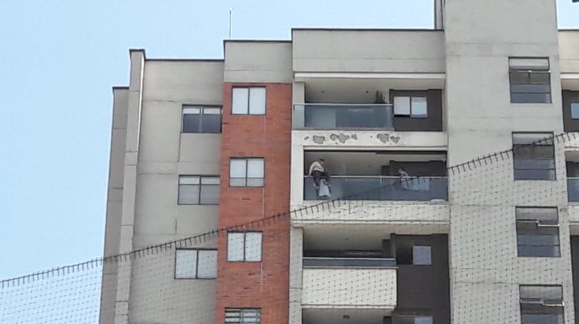 mujer en edificio de envigado 2