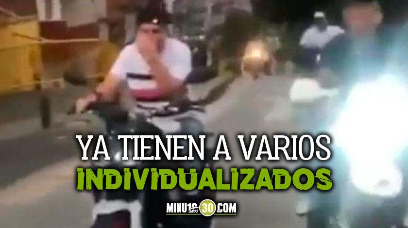 Buscan a motociclistas que invadieron carril de Metroplus