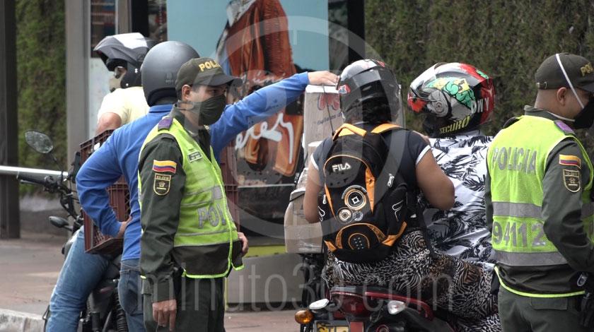 Puesto de control reten Policia transito coronavirus cuarentena medidas autoridades covid 10