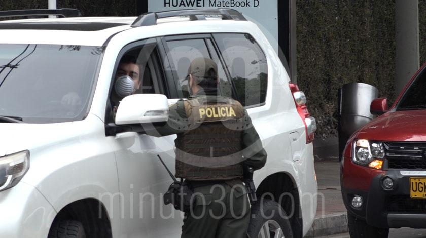 Puesto de control reten Policia transito coronavirus cuarentena medidas autoridades covid 4