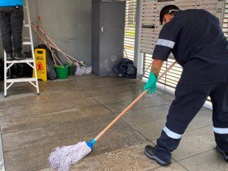 Limpieza estacion de Transmilenio