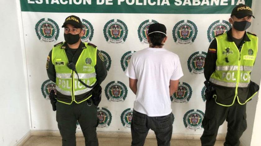 Tras de gordo hinchado Lo vieron en Sabaneta manejando sin licencia y era que la tenia suspendida