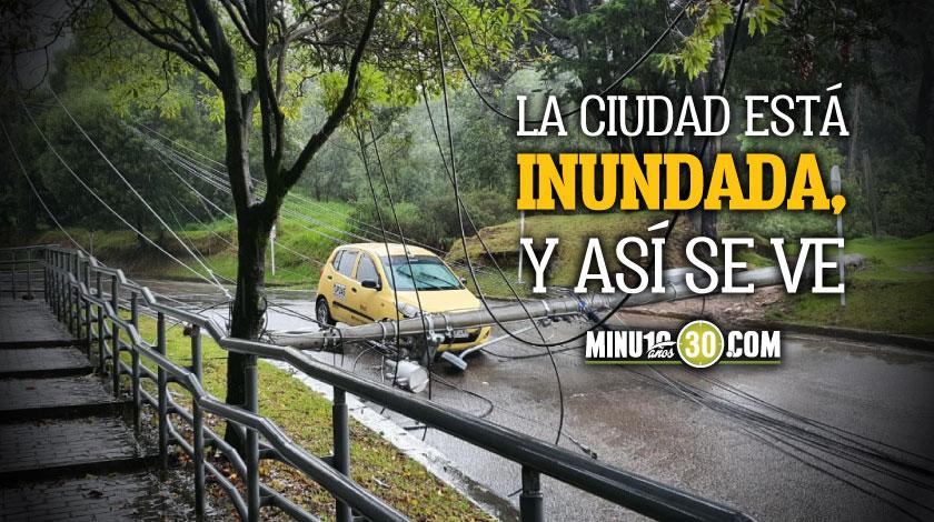 Que impresion Por fuertes lluvias en Bogota poste cayo encima de un
