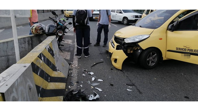 En Medellín, un taxi chocó con un separador de la vía, el conductor resultó lesionado