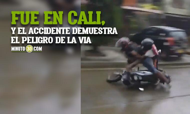 Mientras grababa el mal estado de una via un hombre y un nino se cayeron mientras iban en una moto