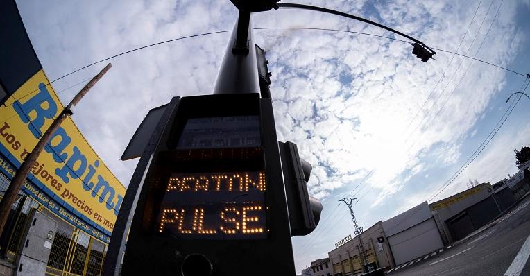El riesgo de contagio por tocar botones o pulsadores públicos es bajo, según un estudio