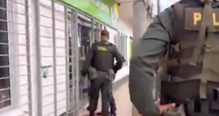 en Cauca un borracho encontró abierta la sede del Banco Agrario y entró a dormir