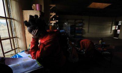 El colegio de Kenia en el que madres adolescentes estudian junto a sus bebés
