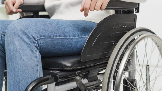Una bogotana recorre 20 kilómetros en su silla de ruedas todas las noches para llegar a su casa