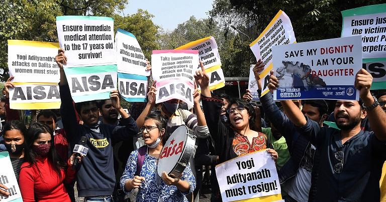 """Muerte de dos adolescentes """"intocables"""" del sistema de castas desata las protestas en India"""