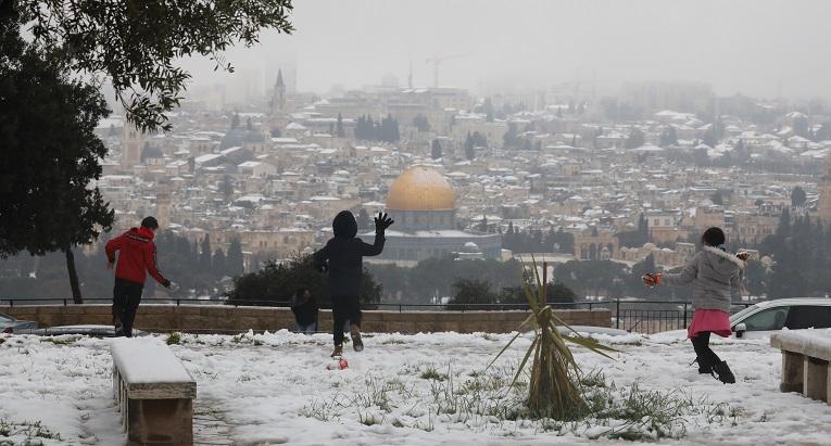 La primera nevada en seis años cubre de blanco Jerusalén