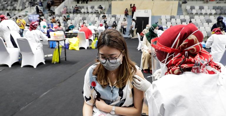 Las vacunas de COVID-19 administradas en el mundo superan ya a los contagios
