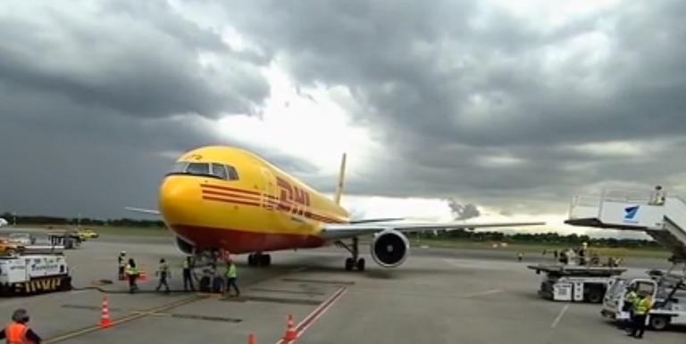 En un avión de la empresa DHL llegaron a Colombia las primeras 50 mil dosis de vacunas de la farmacéutica Pfizer.