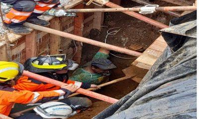Video: Bomberos y comunidad rescataron a dos personas en Bello, quedaron atrapadas bajo tierra mientras trabajan en una construcción