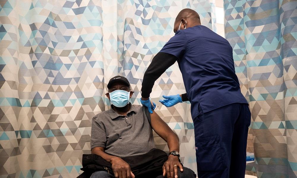 Los vacunados contra la covid pueden reunirse sin mascarilla, según EE.UU.