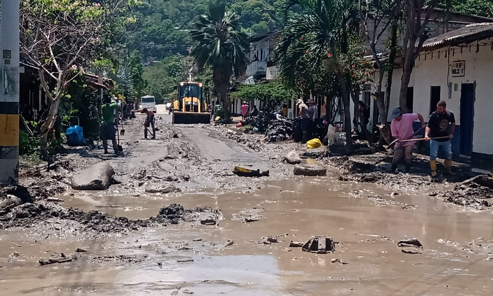 Así limpian las calles de Dabeiba tras la emergencia del fin de semana