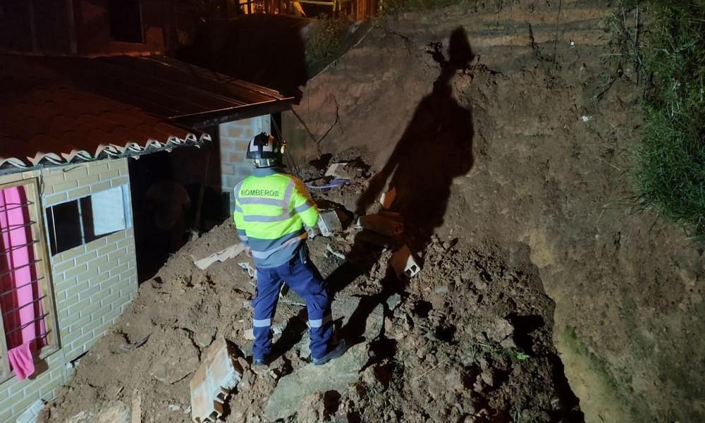 En la Estrella un niño resultó lesionado tras caer el muro de su vivienda derribado por un deslizamiento de tierra