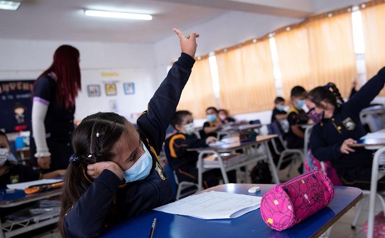 El año escolar arranca en Chile con clases semipresenciales y miedo a rebrotes
