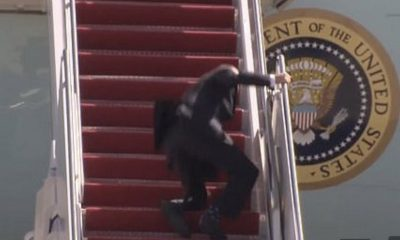 Biden tropieza tres veces al subir las escaleras del avión presidencial