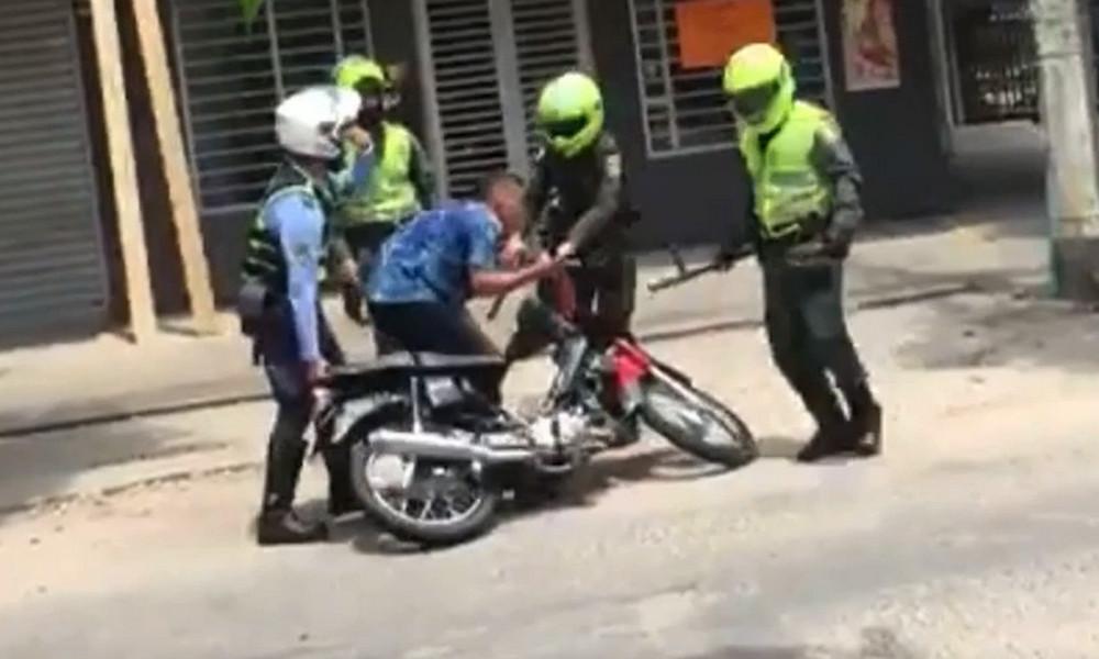 Tras el intento de evitar la inmovilización de su moto, dos jóvenes se enfrentan a uniformados