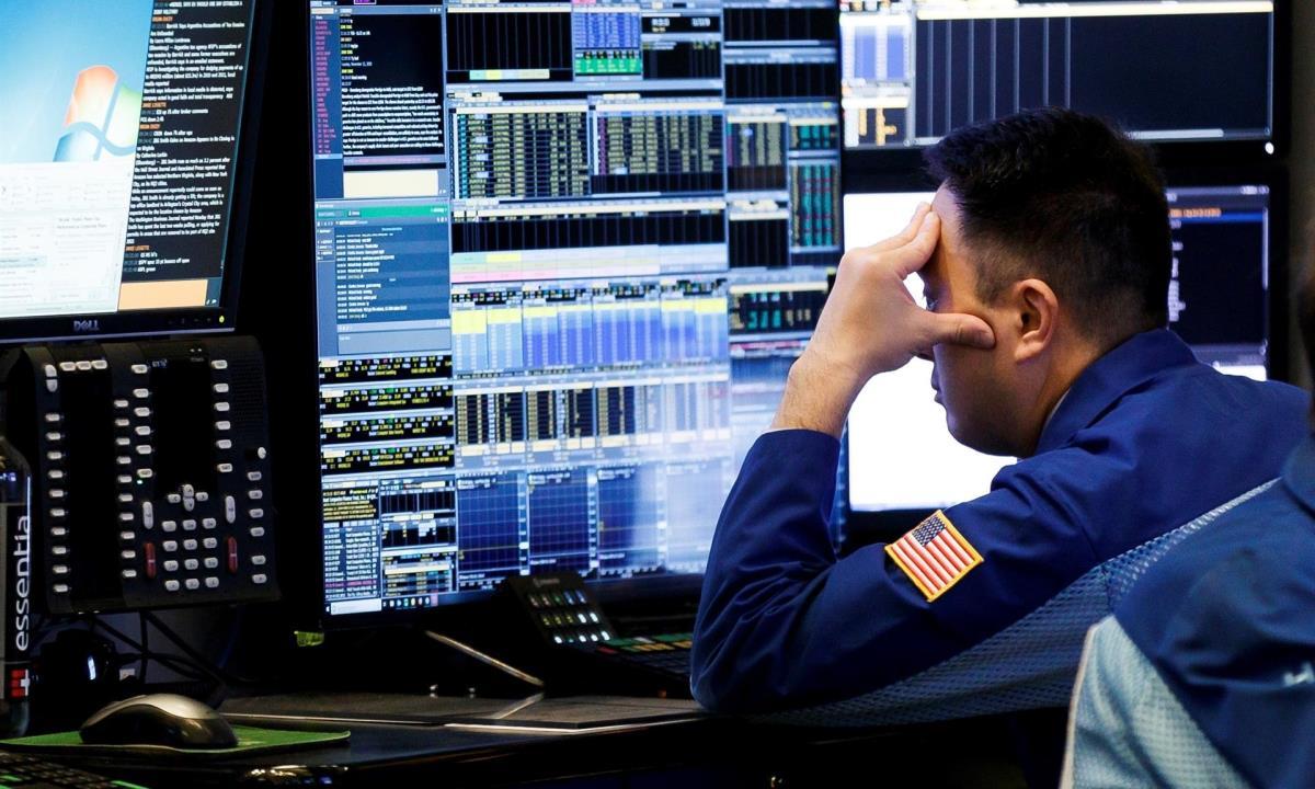 Agentes de Bolsa realizan su trabajo en el parqué de Nueva York (EE.UU.). EFE/Justin Lane/Archivo