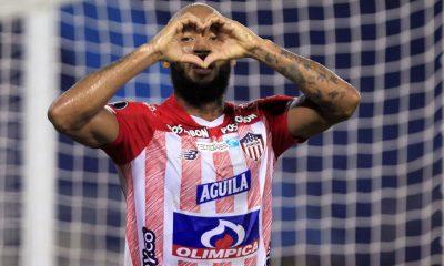 Fredy Hinestroza, del Junior de Colombia, fue registrado este jueves al celebrar un gol que le anotó al Bolívar de Bolivia, durante el partido de vuelta de esta llave de la Fase 3 de la Copa Libertadores, en el estadio Metropolitano de Barranquilla (Colombia). EFE/Ricardo Maldonado