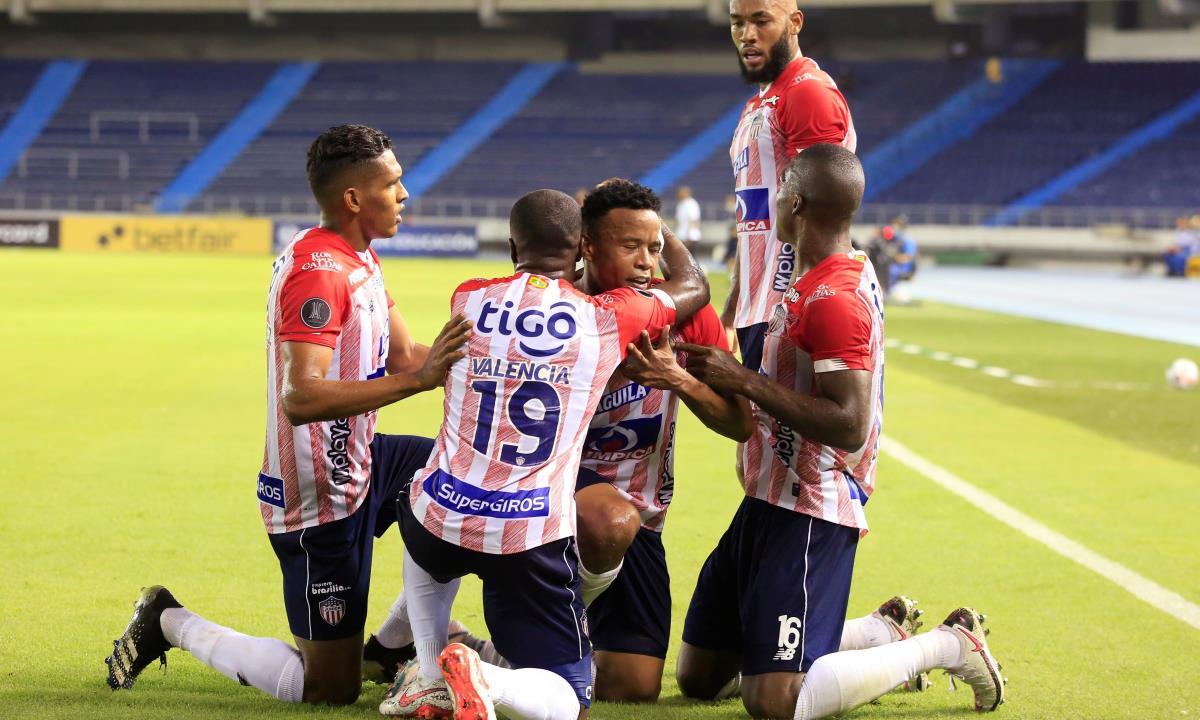 John Pajoy (c), del Junior de Colombia, fue registrado este jueves al celebrar, con varios compañeros, un gol que le anotó al Bolívar de Bolivia, durante el partido de vuelta de esta llave de la Fase 3 de la Copa Libertadores, en el estadio Metropolitano de Barranquilla (Colombia). EFE/Ricardo Maldonado