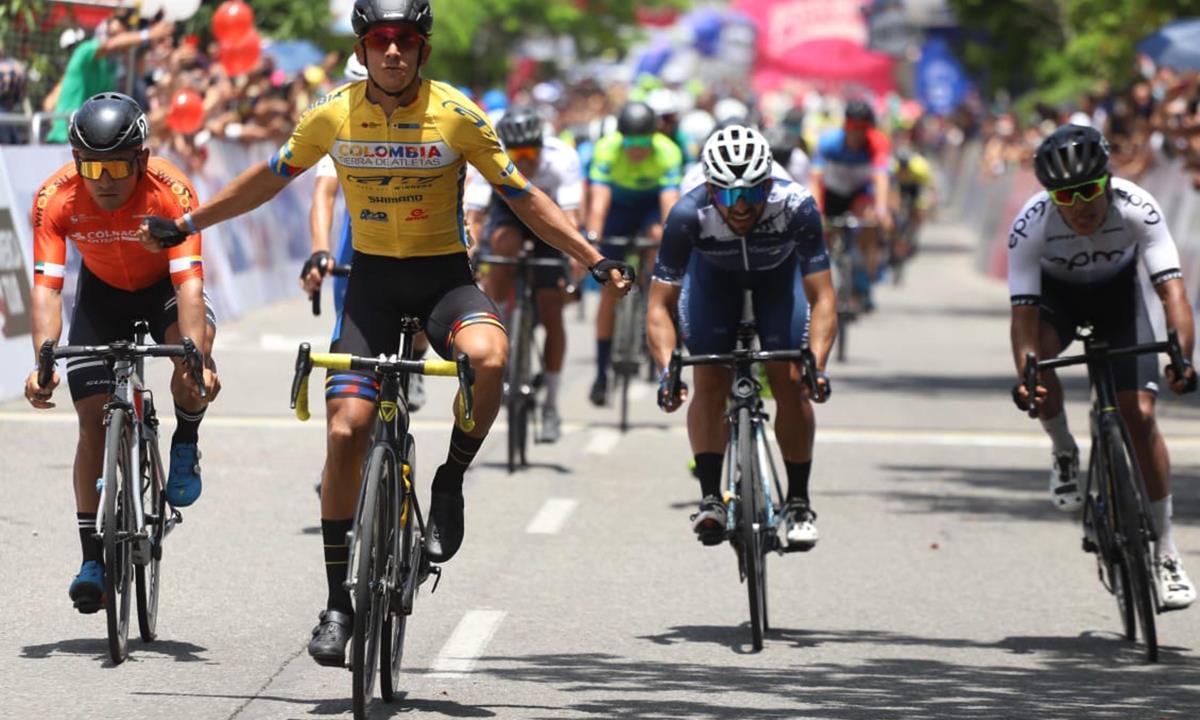 Fotografía cedida por la Federación Colombiana de Ciclismo que muestra al ciclista colombiano Nelson Soto del equipo Colombia Tierra de Atletas mientras gana la segunda etapa de la Vuelta a Colombia 2021 que tuvo su llegada en el municipio de Yopal (Colombia). EFE/ Federación Colombiana de Ciclismo
