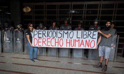 Trabajadores de la prensa participan de una manifestación contra agresiones a periodistas, fotógrafos y camarógrafos, en febrero de 2020, frente al Ministerio Público en Caracas (Venezuela). EFE/Rayner Peña R./Archivo