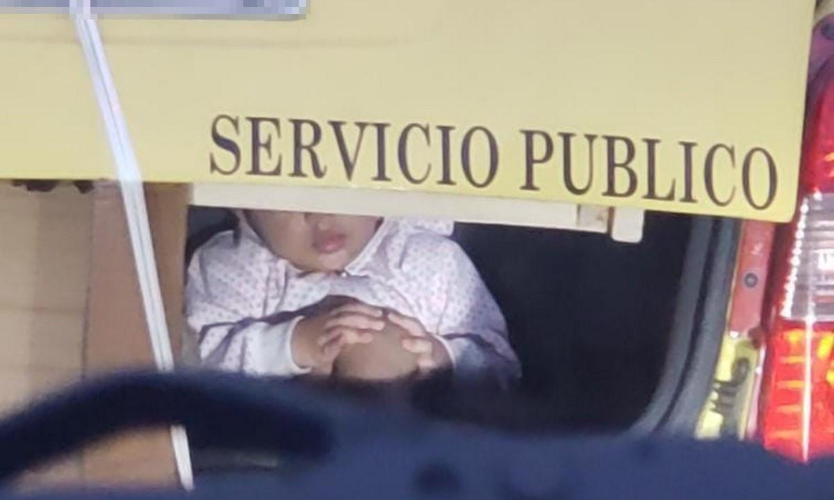 [Video] ¡Irresponsable! En Medellín un taxista transportaba un niño en el baúl