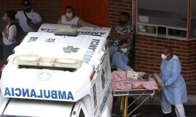 Personal sanitario transporta un paciente, el 7 de abril de 2021, en el Hospital General de Medellín (Colombia). EFE/ Luis Eduardo Noriega A.
