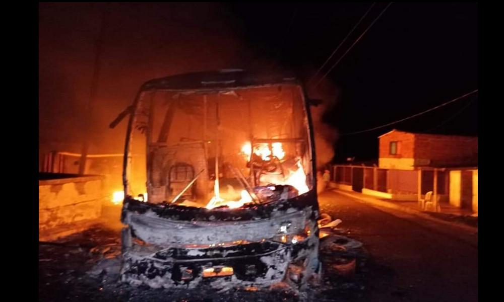 Fotos: Ataque de un grupo armado dejó una niña herida y un bus quemado en Valdivia