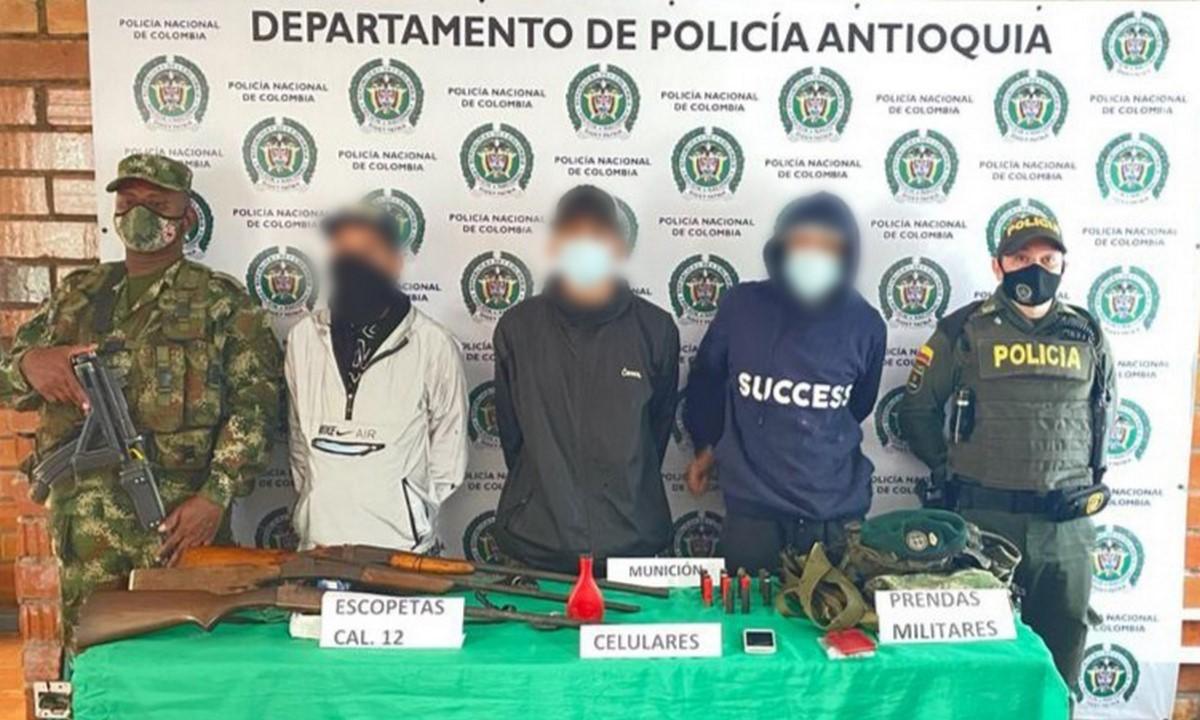 Capturados con escopetas, munición y uniformes militares