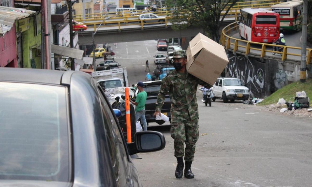 ¡Gran gesto! Ejército entregó tapabocas y alimentos a población vulnerable en el Valle de Aburrá