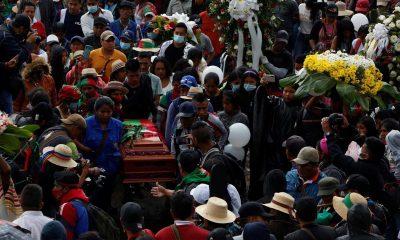 Indígenas rinden homenaje durante el entierro de la gobernadora indígena Sandra Liliana Peña Chocúe hoy, en Caldono (Colombia). EFE/ Ernesto Guzmán Jr