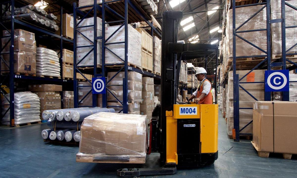 Un operario almacena mercancía en una bodega en la Sociedad Portuaria de Cartagena de Indias, norte de Colombia. EFE/RICARDO MALDONADO ROZO/Archivo