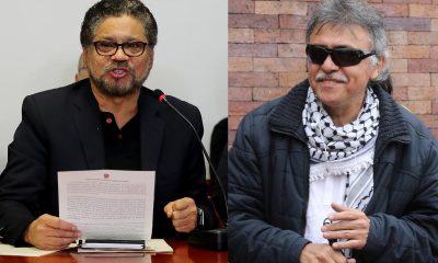 """Combo de fotografías de archivo que muestran al exnegociador de paz de la antigua guerrilla de las FARC Luciano Marín, alias """"Iván Márquez"""" (i), y Seuxis Paucias Hernández, alias """"Jesús Santrich"""", en Bogotá (Colombia). EFE/Archivo"""