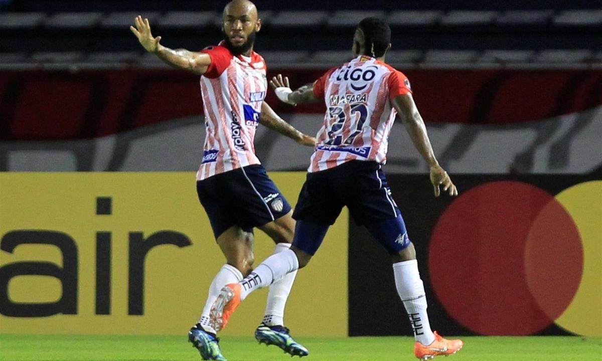 Fredy Hinestroza (i), del Junior de Colombia, fue registrado este jueves al celebrar un gol que le anotó al también colombiano Santa Fe, durante un partido del grupo D de la Copa Libertadores, en el estadio Metropolitano de Barranquilla (Colombia). EFE/Ricardo Maldonado