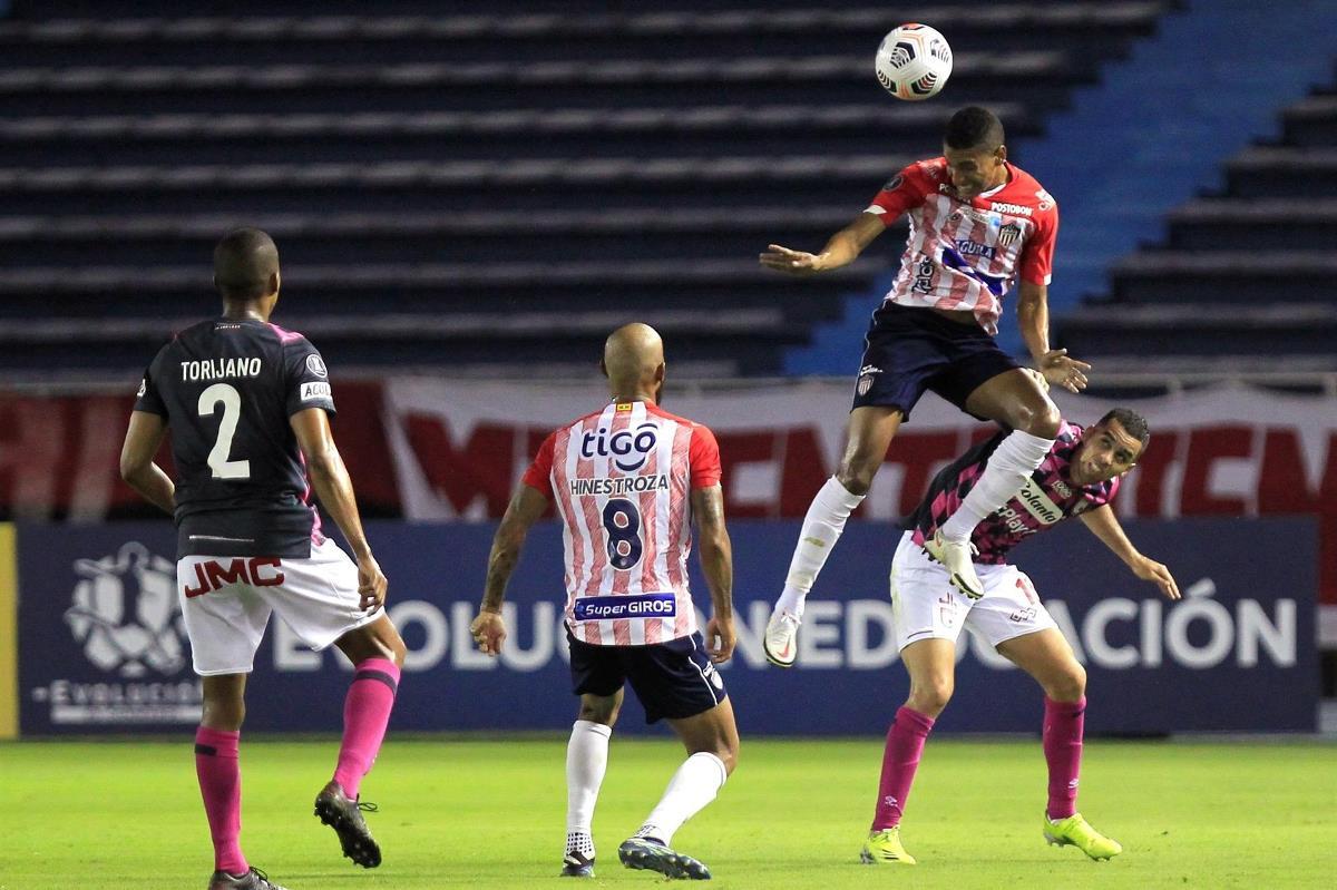 Gabriel Fuentes (arriba), del Junior de Colombia, fue registrado este jueves al rechazar un balón, durante un partido del grupo D de la Copa Libertadores, contra el también colombiano Santa Fe, en el estadio Metropolitano de Barranquilla (Colombia). EFE/Ricardo Maldonado