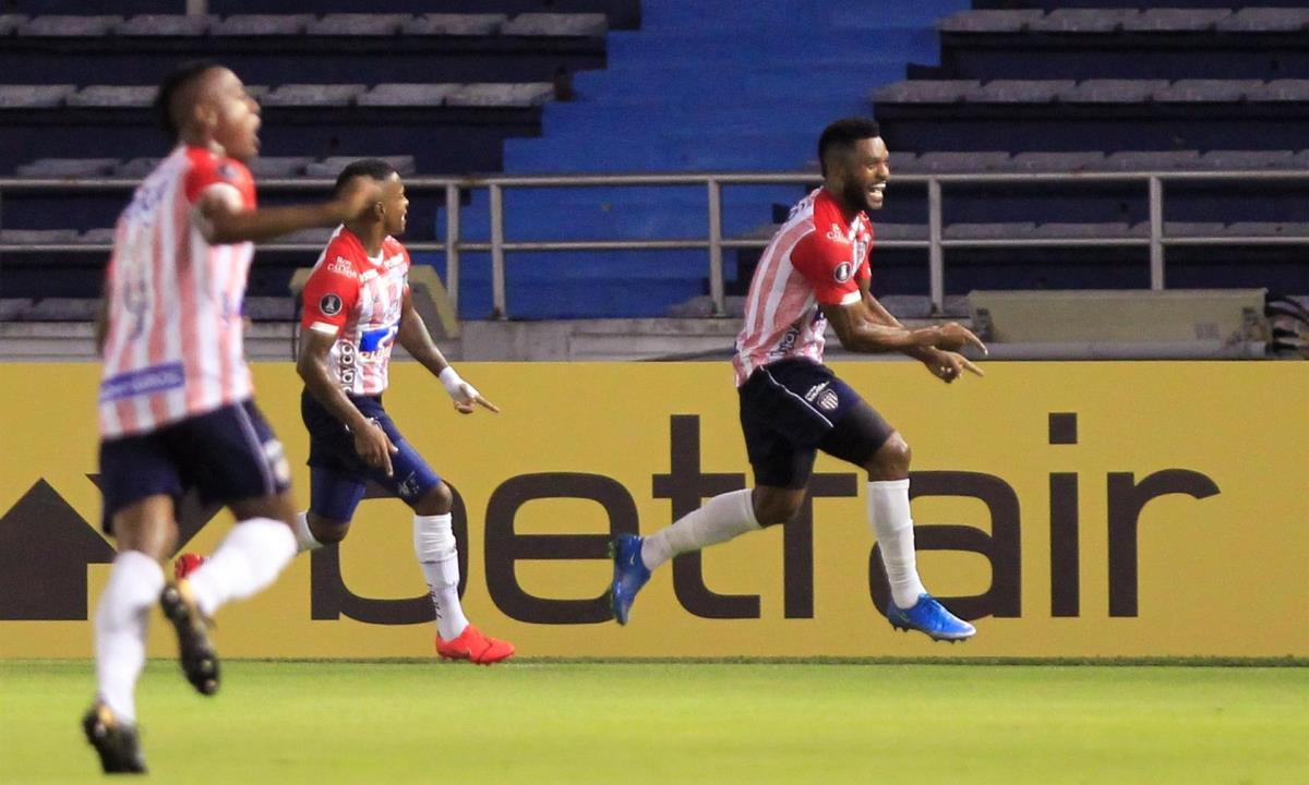 En la imagen, el jugador Miguel Ángel Borja (d), de Junior. EFE/Ricardo Maldonado/Archivo