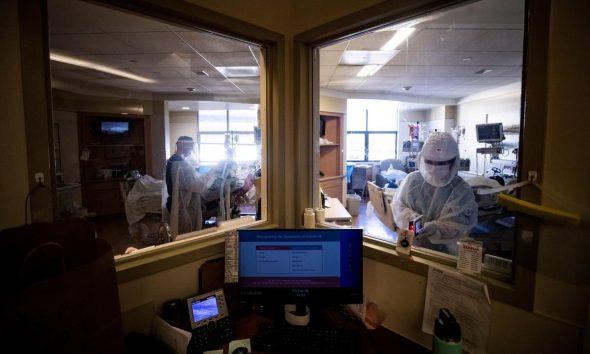 En la imagen, personal de salud asiste a personas contagiadas con el coronavirus, el 6 de febrero de 2021. EFE/EPA/ETIENNE LAURENT/Archivo
