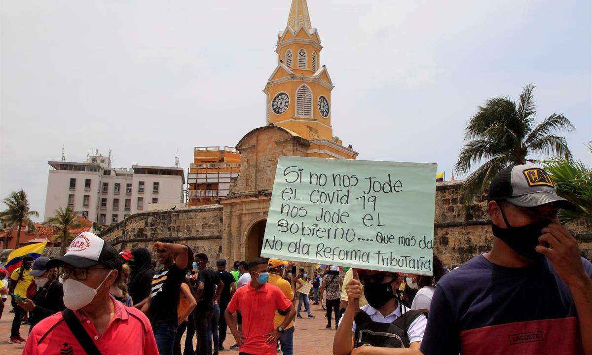 Cientos de manifestantes marchan hoy durante la jornada nacional de Paro, en Cartagena (Colombia). EFE/ Ricardo Maldonado Rozo
