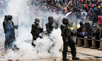Manifestantes se enfrentan a la Policía colombiana durante una protesta en la Plaza de Bolívar de Bogotá (Colombia). EFE/ Carlos Ortega