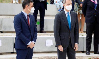 El rey Felipe VI y el presidente del Gobierno, Pedro Sánchez (i), asisten a la inauguración del nuevo campus de Airbus, este jueves, en la localidad madrileña de Getafe. EFE/Chema Moya