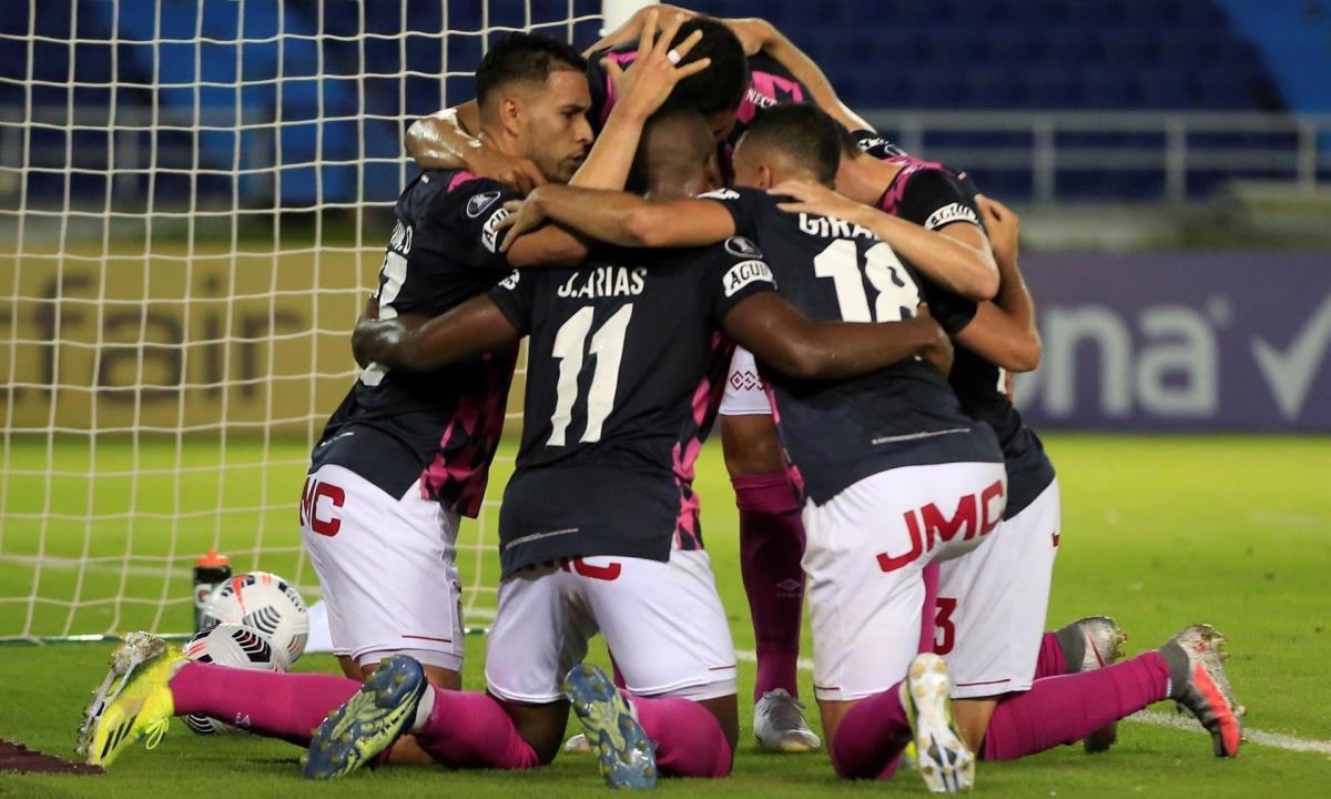 Jugadores del Santa Fe fueron registrados este jueves al celebrar un gol que su compañero Kelvin Osorio le marcó al Junior, durante un partido del grupo D de la Copa Libertadores, en el estadio Metropolitano de Barranquilla (Colombia). EFE/Ricardo Maldonado