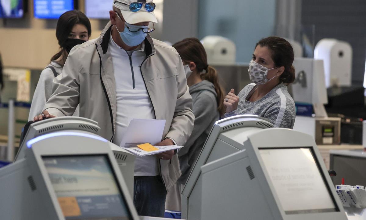 Vista de viajeros realizando el chequeo en el Aeropuerto Internacional O'Hare de Chicago antes de viajar. EFE/Tannen Maury/Archivo